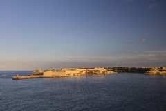 Взгляд на исторических зданиях города Валлетты, столица HDR Мальты, с старым красным и белым маяком Стоковое Изображение