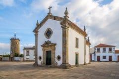 Взгляд на квадрате с часовней и башня хронометрируют в тарифах, Португалии Стоковые Изображения