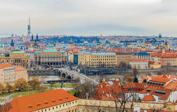 Взгляд на красные крыши Праги через Влтаву стоковые изображения rf