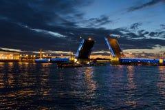 Взгляд на крепости Питера и Пола и поднятом мосте в ночах лета белых, Санкт-Петербурге дворца Стоковая Фотография RF