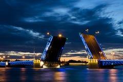 Взгляд на крепости Питера и Пола и поднятом мосте в ночах лета белых, Санкт-Петербурге дворца Стоковые Фото