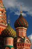 Взгляд на куполах собора базилика St на красной площади в Москве Стоковое Фото