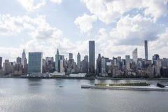 Взгляд на Манхаттане от города в летнем времени, Нью-Йорка Лонг-Айленд, Соединенных Штатов Америки Стоковое фото RF