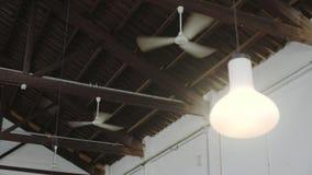Взгляд на множественных потолочных вентиляторах дуя воздух видеоматериал