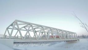 Взгляд на мосте свода в голубом ледовитом небе акции видеоматериалы