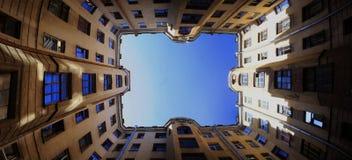 Взгляд на небе в городском дворе Стоковая Фотография