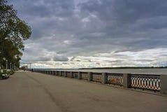 Взгляд на обваловке Волги города самары в ожидании грозу Стоковое фото RF