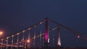 Взгляд на огромном мосте в городе Драматическая гроза ночного неба Вспышка освещения штормовая погода видеоматериал