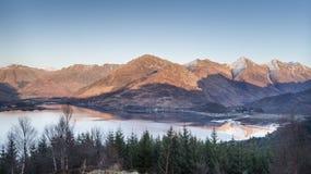 Взгляд над озером Duich & 5 сестрами Kintail в Шотландии Стоковое Изображение RF