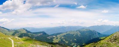 Взгляд над озером Garda, итальянкой Альпами Стоковые Изображения RF