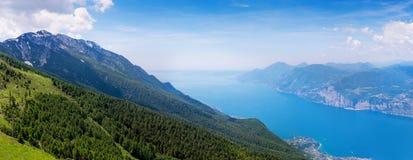 Взгляд над озером Garda, итальянкой Альпами Стоковое Изображение