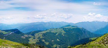 Взгляд над озером Garda, итальянкой Альпами Стоковая Фотография