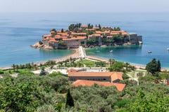 Взгляд на острове Sveti Stefan от береговой линии в Черногории Стоковая Фотография