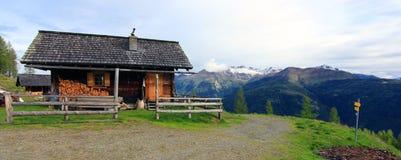 Взгляд на охотничьем домике в австрийских горных вершинах Стоковое фото RF
