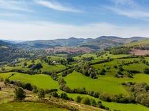 Взгляд над долиной Llangedwyn с полями и лугами Стоковое фото RF