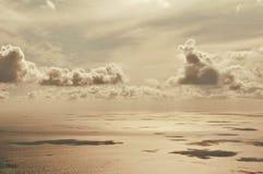 Взгляд на поверхности, облаках и море воды Стоковые Изображения