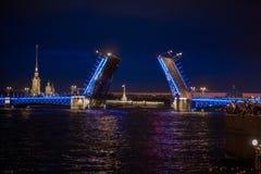 Взгляд на поднятом мосте в ночах лета белых, St Peter дворца Стоковые Фото