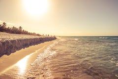Взгляд на пляже с футболом игры детей Стоковое фото RF