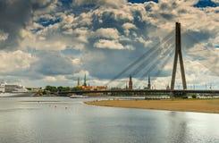 Взгляд на реке города западной Двины и Риги, Латвии Стоковое Фото