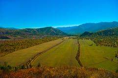 Взгляд на сельском поле в горах Стоковые Фото
