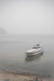 Взгляд на сиротливых шлюпке и Lake Baikal под туманом Стоковое фото RF
