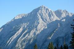 Взгляд на скалистом пике от панорамной дороги - Rossfeldpanoramastrasse Стоковые Фотографии RF