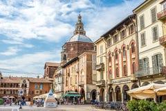 Взгляд на соборе от della Vittoria аркады в Павии стоковое фото rf