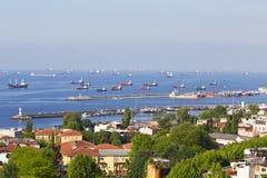 Взгляд на сосудах торговой операции стоя на рейде в мраморном море Стоковые Фотографии RF