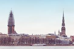 Взгляд на средневековой церков в старом городе Риги, Латвии Стоковые Изображения