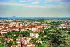 Взгляд на старом городке Citta Alta Бергама от холма Сан Vigilio Стоковые Изображения RF