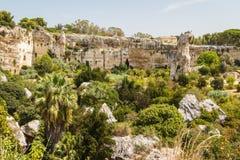 Взгляд над старым некрополем утеса в Сиракузе, острове Сицилии стоковая фотография rf