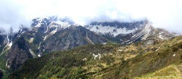 Взгляд на стороне горы в австрийских горных вершинах Стоковое Фото