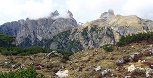 Взгляд на стороне горы в итальянских горных вершинах (доломиты) Стоковое фото RF