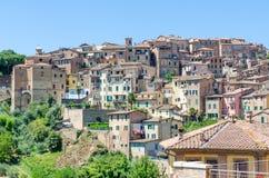 Взгляд над типичными историческими итальянскими домами в городке Сиене всемирного наследия ЮНЕСКО, Италии, Европе стоковое изображение