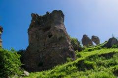 Взгляд на утесе с пещерой Стоковые Фотографии RF
