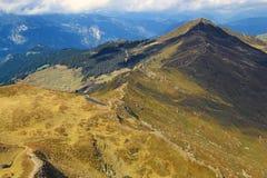 Взгляд на цепи горы в горных вершинах Стоковое Изображение RF