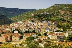 Взгляд на Bosa и замок - il Castello di Serravalle в Sardi Стоковая Фотография