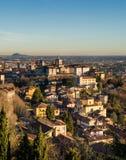 Взгляд над Citta Alta или старыми зданиями городка в древнем городе Бергама, Lombardia, Италии на ясный день, принятый от Стоковые Фотографии RF
