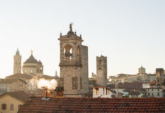 Взгляд над Citta Alta или старыми зданиями городка в древнем городе Бергама, Lombardia, Италии на ясный день Стоковые Изображения
