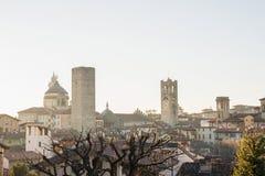 Взгляд над Citta Alta или старыми зданиями городка в древнем городе Бергама, Lombardia, Италии на ясный день Стоковое Изображение RF