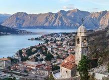 Взгляд над Kotor, Черногорией, старой церковью, заливом и стоковое изображение