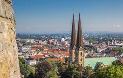 Взгляд над Marienkirche в историческом центре Билефельда стоковые изображения