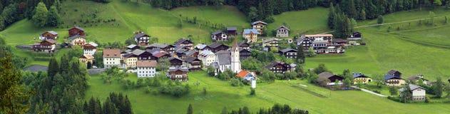 Взгляд на villiage горы в австрийских горных вершинах Стоковое фото RF