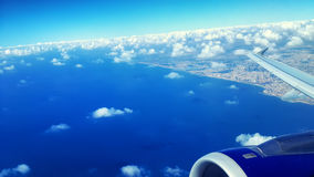Взгляд неба от окна самолета Стоковые Изображения RF