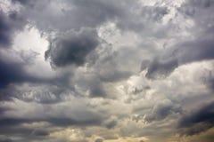 Взгляд неба с красивыми опасными облаками перед штормом Стоковое Фото