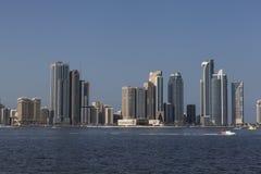 Взгляд небоскребов, лагуна Khalid и гонка формулы -1 на воде Шарджа арабские соединенные эмираты Стоковые Фото