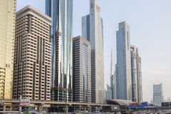 Взгляд небоскребов и метро Дубай вдоль шейха Zayed Дороги Стоковое Фото
