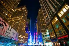 Взгляд небоскребов Нью-Йорка вверх в ноче стоковое изображение