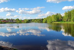 Взгляд небольшого озера в центре городка Стоковое Изображение