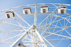 Взгляд нижней стороны белого колеса ferris Стоковая Фотография RF